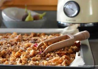 Kokosnuss Granola mit getrockneten Blüten
