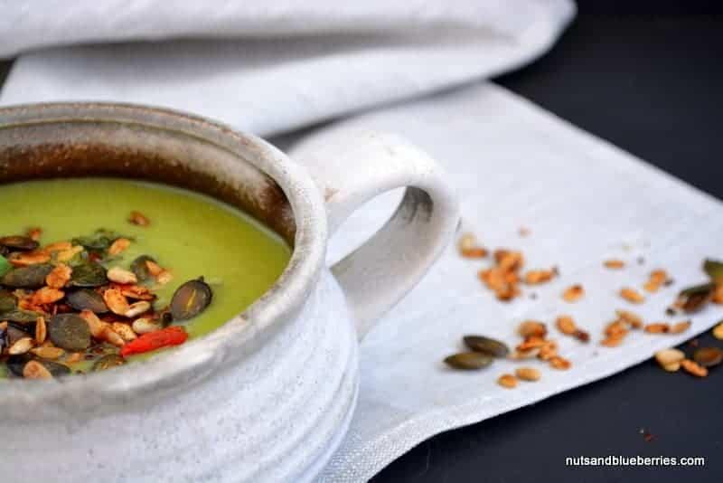 Erbsensuppe mit Walnuss-Minz Pesto