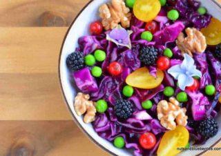 Rotkohl Salat mit gerösteten Walnüssen