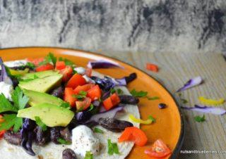 Einfache Rote Bohnen Tortillas mit Avocado und Paprika Salsa