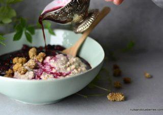 Vanille Porridge mit heißer Beeren Sauce