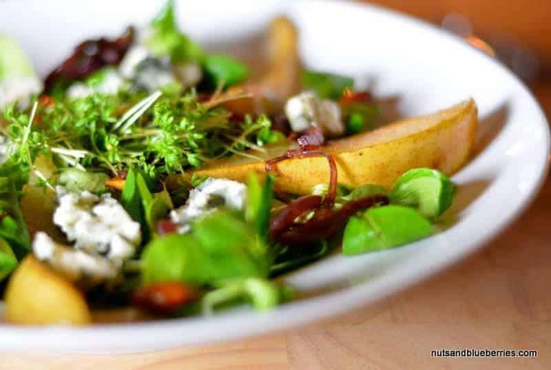 Karamellisierte Birnen und Rotweinzwiebeln auf Feldsalat
