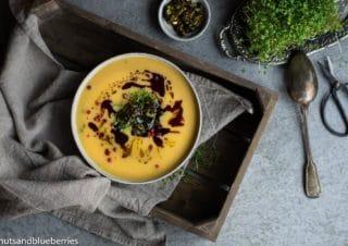 Herbstlich bunte Butternusskürbis Suppe mit Honigsprenkeln
