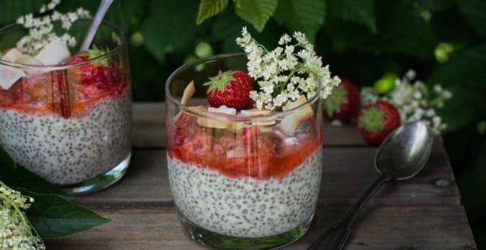 Holunderblüten Kokos-Chia-Mousse mit Erdbeeren