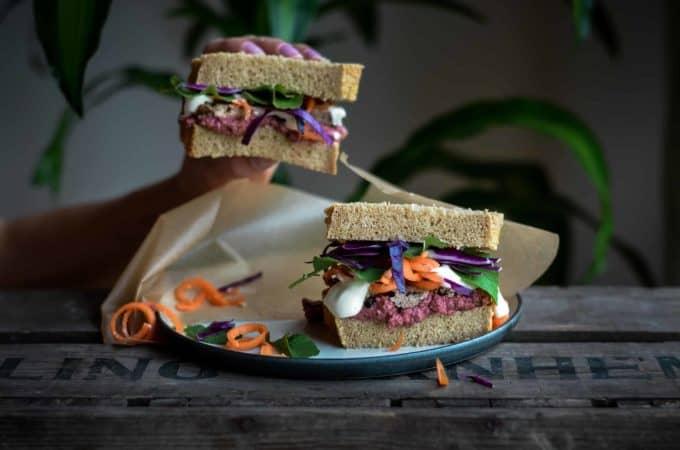 Happy Sandwich mit rote Beete Hummus und geräuchertem Tofu