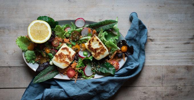 Bunter Halloumi Salat mit Kapern und Zitronen-Chili-Dressing