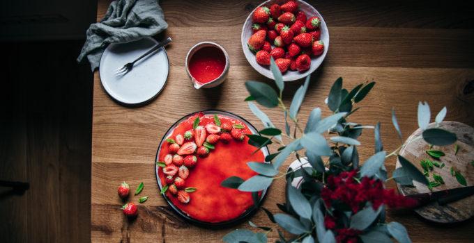 Veganer Käsekuchen auf Cashewbasis mit Erdbeeren | ohne backen und gesund