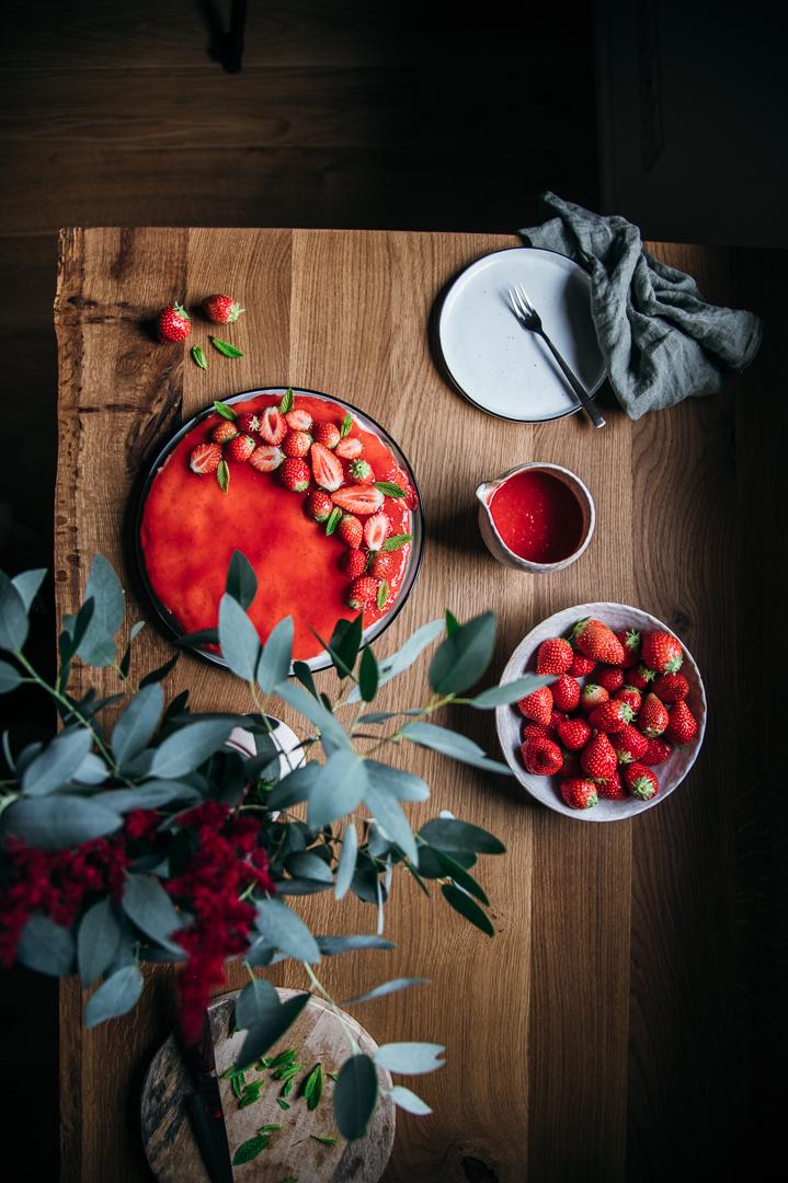 Veganer Käsekuchen auf Cashewbasis mit Erdbeeren