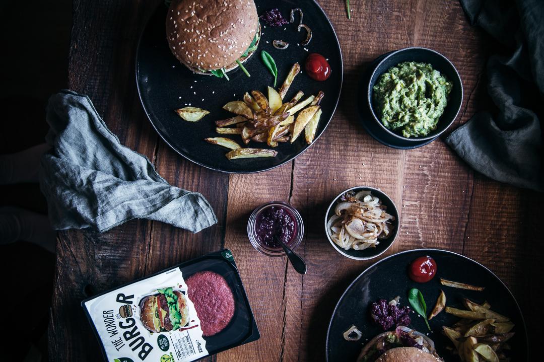 Veganer Burger mit Brombeer-Chutney